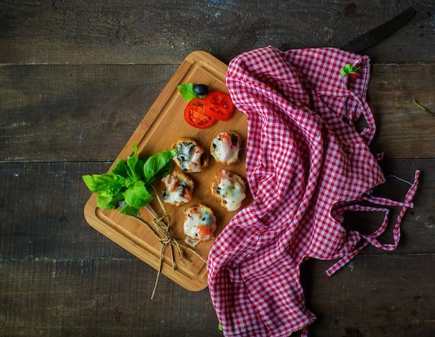Smażone ciasto z serem i warzywami