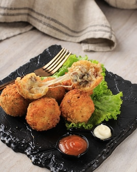 Smażone domowe holenderskie bitterballen z pikantnym sosem i majonezem nadziewane grzybami
