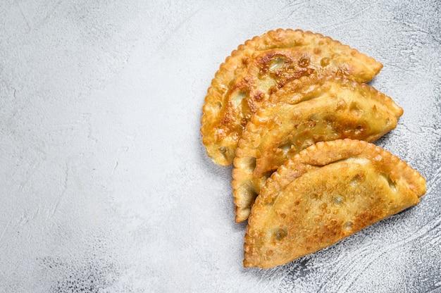 Smażone empanady smażone w ameryce łacińskiej z mięsem