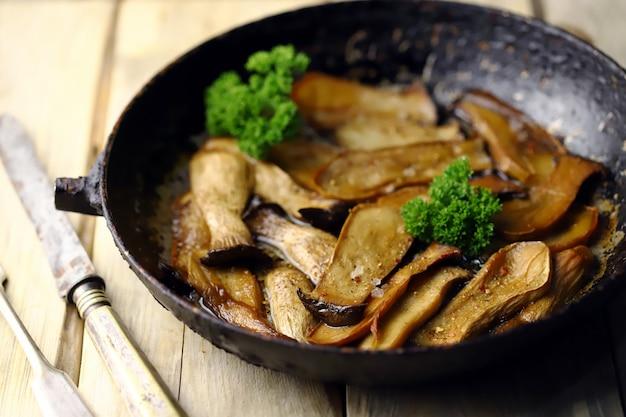 Smażone grzyby eringi na patelni