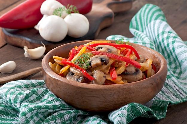 Smażone grzyby z dynią i słodką papryką