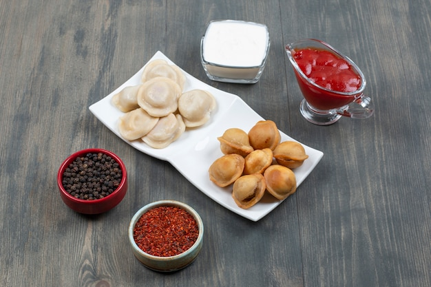 Smażone i gotowane pyszne pierogi na białym talerzu