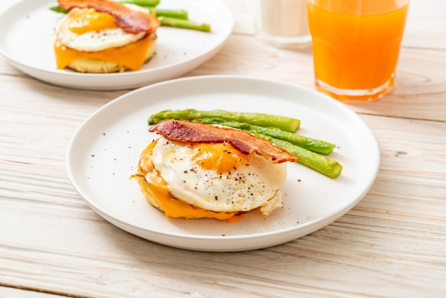 Smażone jajko z bekonem i serem na naleśniku