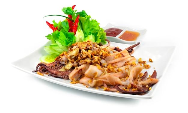 Smażone kalmary z chrupiącym czosnkiem azjatyckie tajskie jedzenie w stylu fusion w stylu rzeźbione warzywa z boku
