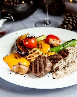 Smażone kawałki mięsa i warzywa