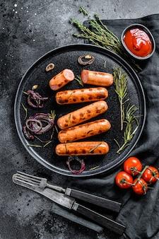 Smażone kiełbaski drobiowe z cebulą, czosnkiem i rozmarynem