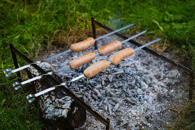 Smażone kiełbaski na szaszłykach. letnie wieczory przy ognisku, dobry weekend.
