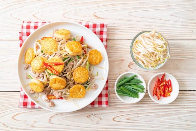 Smażone kiełki fasoli, tofu z jajkiem i mielona wieprzowina, kuchnia azjatycka