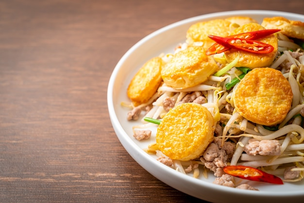 Smażone kiełki fasoli, tofu z jajkiem i mielona wieprzowina - kuchnia azjatycka