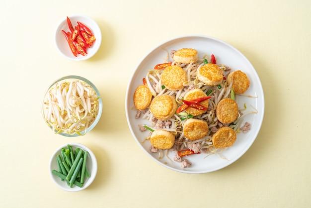 Smażone kiełki fasoli, tofu z jajkiem i mielona wieprzowina