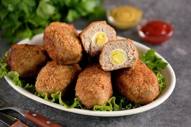 Smażone klopsiki z gotowanym jajkiem przepiórczym