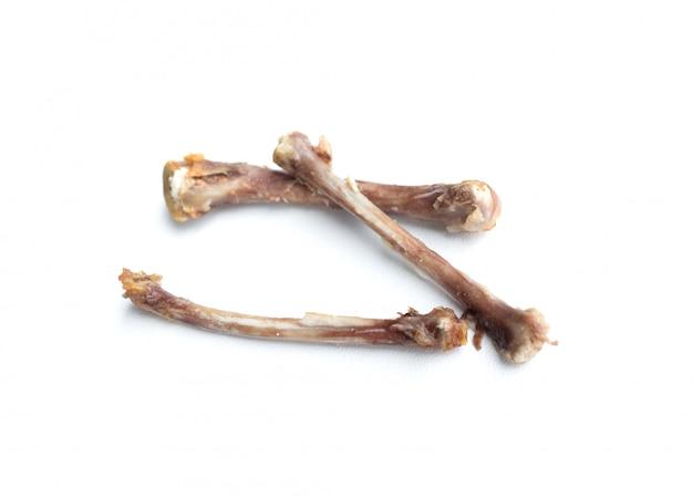 Smażone kości kurczaka na białym tle