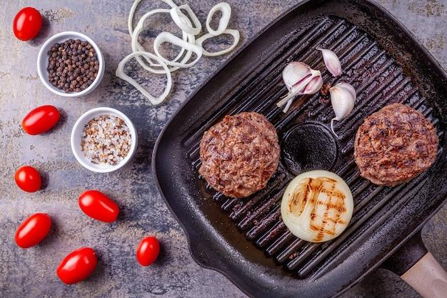 Smażone kotlety wołowe burger z warzywami
