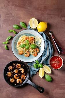 Smażone krewetki krewetki włoski makaron spaghetti
