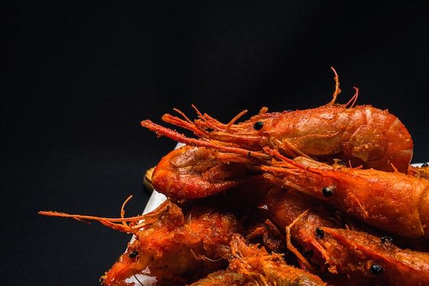 Smażone krewetki, które wyglądają przepysznie z bliska.