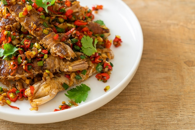 Smażone krewetki modliszki lub raki z chilli i solą - styl owoce morza
