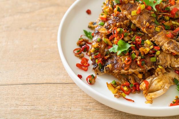 Smażone krewetki modliszkowe lub raki z chilli i solą - styl owoce morza