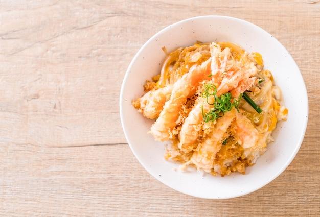 Smażone krewetki w tempurze na misce z ryżem