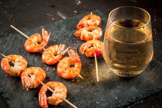 Smażone krewetki z grilla z białym winem