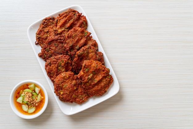 Smażone kulki z pasty rybnej lub smażone w głębokim tłuszczu ciasto rybne, azjatyckie jedzenie
