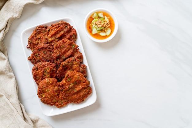 Smażone kulki z pasty rybnej lub smażone w głębokim tłuszczu ciasto rybne - azjatyckie jedzenie