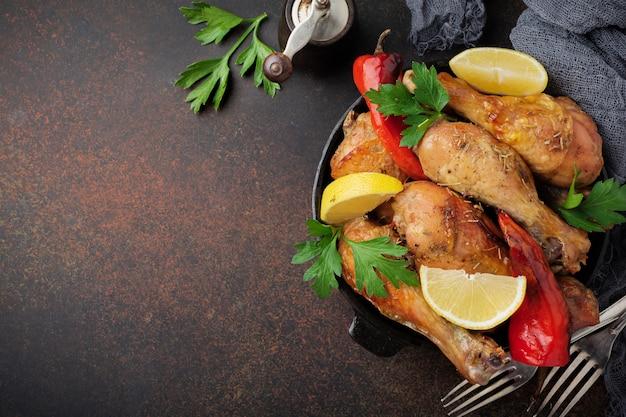 Smażone kurczaki szpiczaste na patelni żeliwnej
