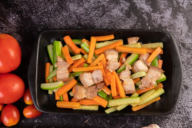 Smażone marchewki i ogórek z boczkiem wieprzowym.