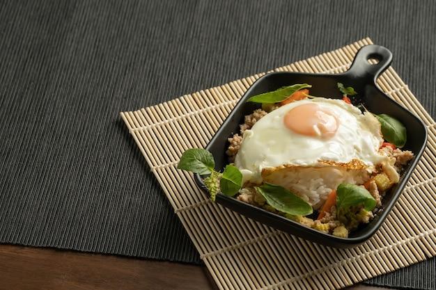Smażone mielone mięso wieprzowe wymieszać z jajkiem sadzonym