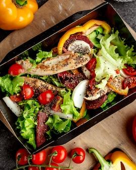 Smażone mięso i filet z kurczaka z pomidorami i ziołami