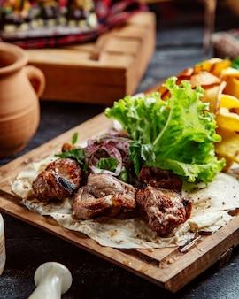Smażone mięso i ziemniaki z ziołami