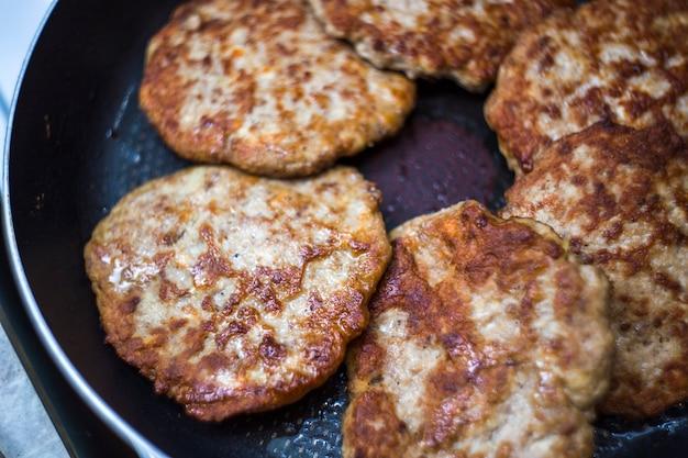 Smażone mięso na patelni. kotlety z wołowiny smażonej na burgery. jak zrobić burgera.