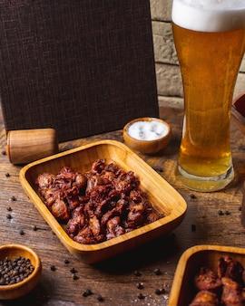 Smażone mięso podawane z piwem