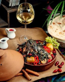 Smażone mięso w piecu na stole