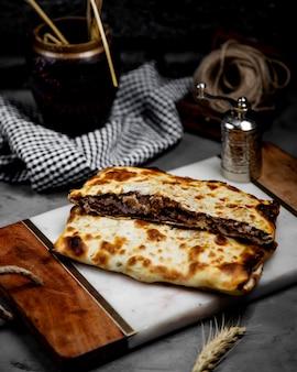 Smażone mięso w smażonym chlebie na desce