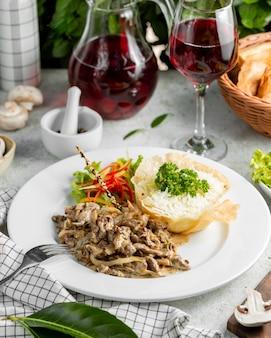 Smażone mięso w sosie śmietanowym i gotowanym ryżem