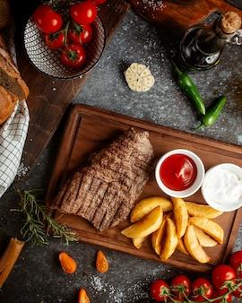 Smażone mięso wypełnione ziemniakami