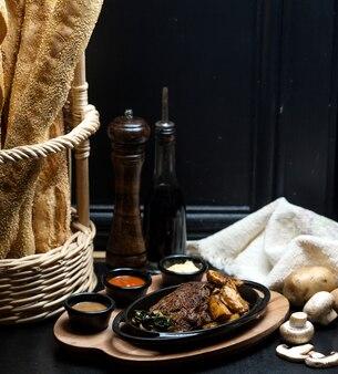 Smażone mięso z domowymi ziemniakami i smażonymi grzybami