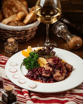 Smażone mięso z granatem i lampką wina