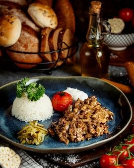 Smażone mięso z grzybami i ryżem