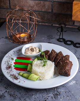 Smażone mięso z ryżem na stole