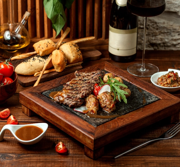 Smażone mięso z sałatką chrupiącą i grillowaną