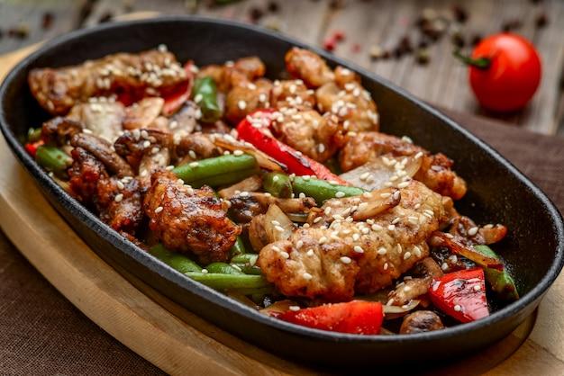 Smażone mięso z warzywami na patelni