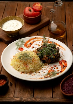 Smażone mięso z zieleniną i gotowanym ryżem szafranowym