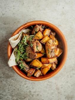 Smażone mięso z ziemniakami i owiniętym lavash