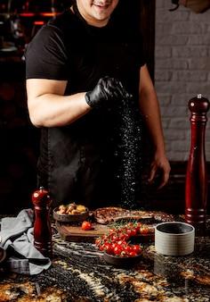 Smażone mięso z ziemniakami i pomidorami