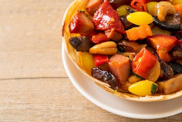 Smażone mieszane chińskie owoce i orzechy - azjatyckie jedzenie