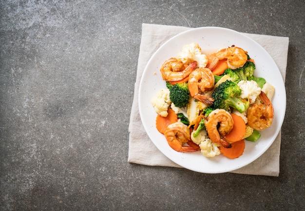 Smażone mieszane warzywa z krewetkami