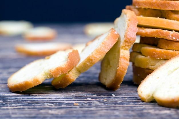 Smażone na cienko krakersy żytnie z przyprawami. zbliżenie żywności wykonanej z pszenicy lub innej mąki