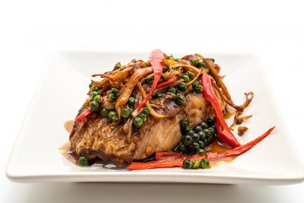 Smażone na ostro pikantne zioła z filetem z ryby grouper