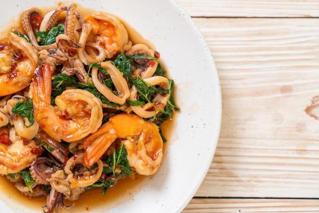 Smażone owoce morza (krewetki i kalmary) z tajską bazylią, azjatyckie jedzenie